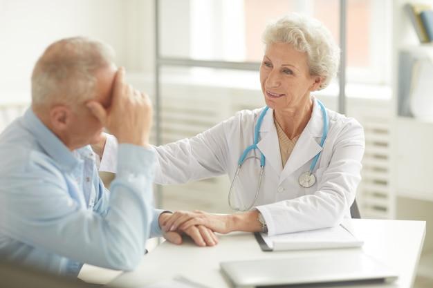 Médico paciente de apoio