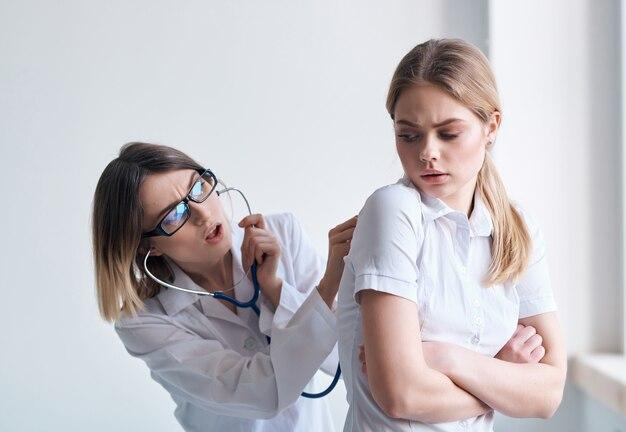 Médico paciente exame de fundo isolado de cuidados de saúde