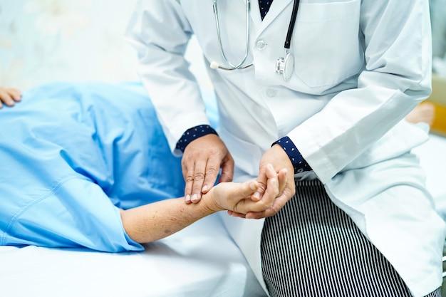 Médico pegar o pulso com paciente na enfermaria do hospital de enfermagem