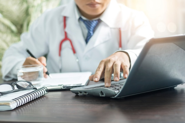 Médico pesquisando informações