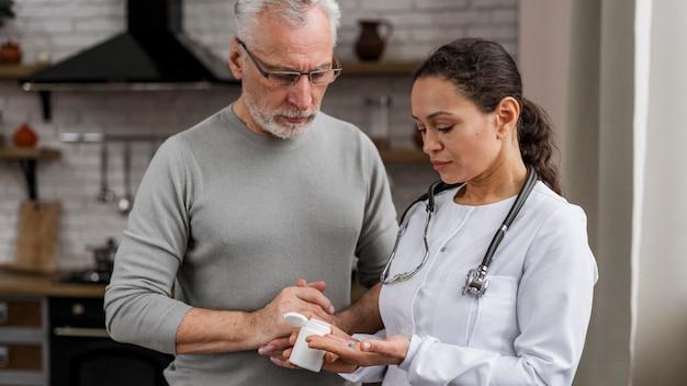 Médico posando com seu paciente