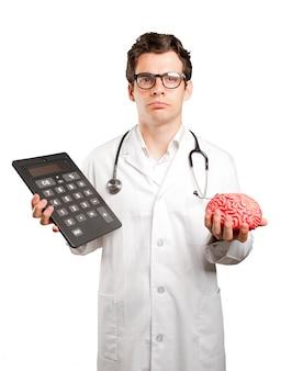 Médico preocupado com sua economia contra um fundo branco