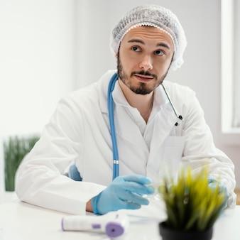 Médico preparando uma vacina para um paciente