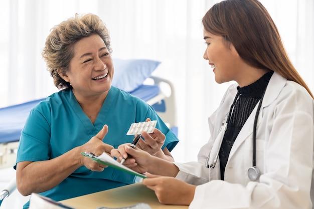 Médico prescrever comprimidos paciente