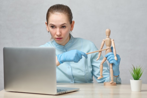 Médico professor conta uma palestra on-line.