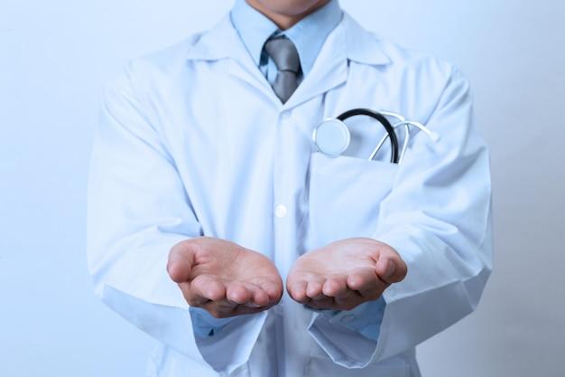 Médico, profissional médico segurando algo na mão vazia