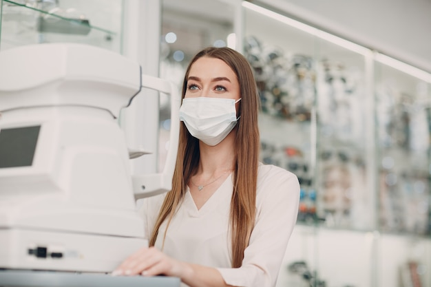 Médico profissional mulher usando olho teste equipamento moderno digital, verificando a visão.