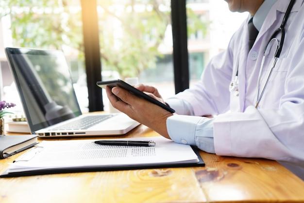 Médico profissional usar computador