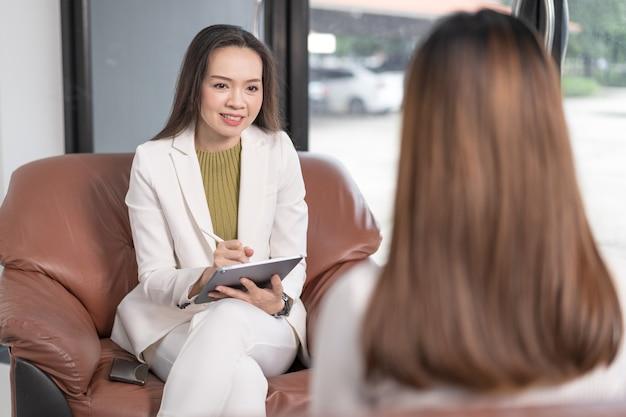 Médico psicólogo profissional asiático consulta em sessão de psicoterapia ou aconselha diagnóstico de saúde
