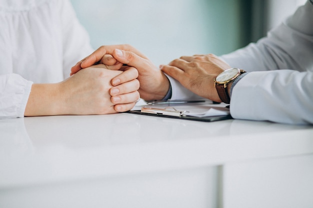 Médico que consulta seu paciente na clínica