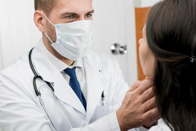 Médico que examina o paciente
