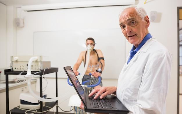 Médico que executa testes de fitness sorrindo para a câmera