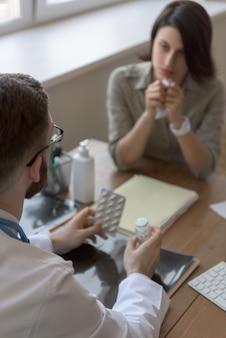Médico que prescreve medicação