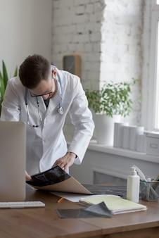 Médico que trabalha com ct scan