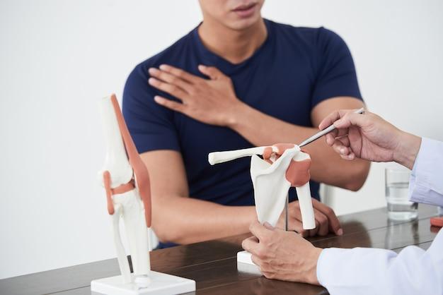Médico que trabalha com o paciente na clínica