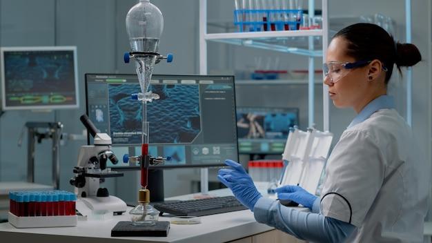 Médico químico usando computador de animação em laboratório
