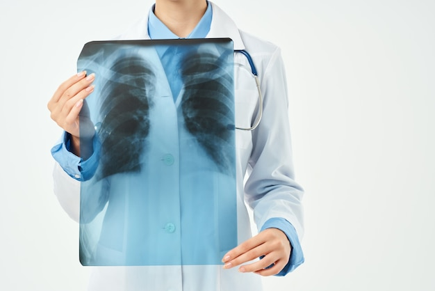 Médico radiologista pesquisa de raio-x hospital de saúde