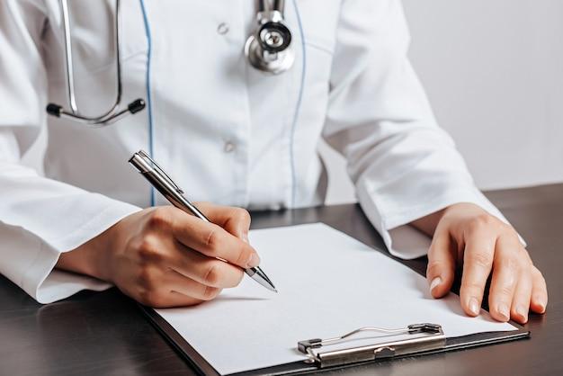 Médico redigindo receita médica para paciente