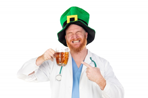 Médico ruivo com chapéu verde, bebendo uma cerveja