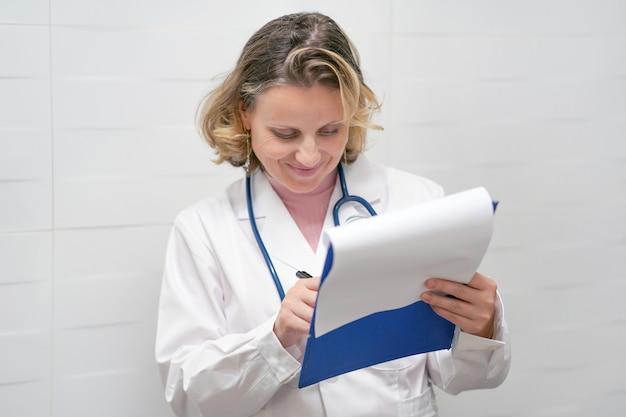 Médico satisfeito verifica relatório. médica, verificando o relatório médico.