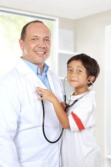 Médico se divertir com seu paciente