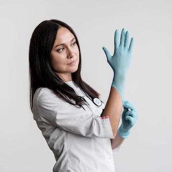 Médico se preparando para começar o trabalho