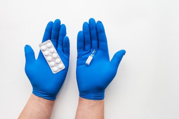 Médico segura comprimidos e vacina