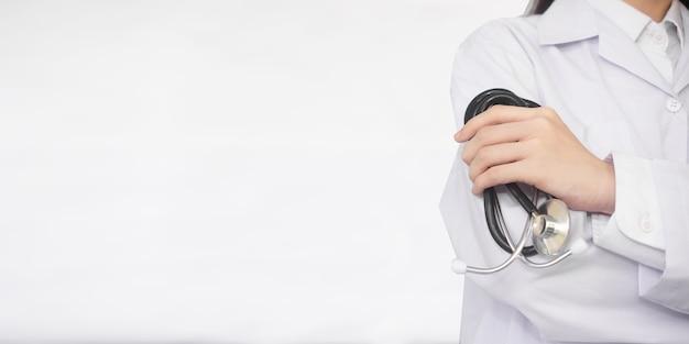 Médico segura estetoscópio em pé, especificações de cópia