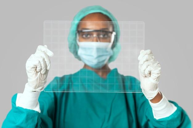 Médico segurando a tela do tablet transparente futurista