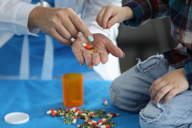 Médico segurando comprimidos