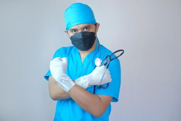 Médico segurando estetoscópio com gesto de saudação