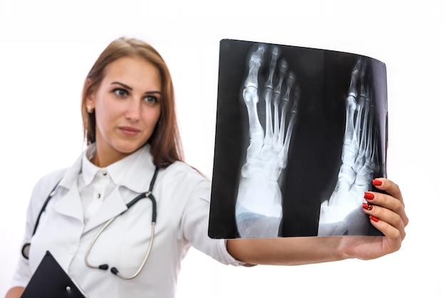 Médico segurando o raio-x do paciente e examinando-o