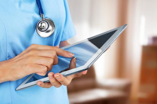 Médico segurando tablet digital, visualização em close-up