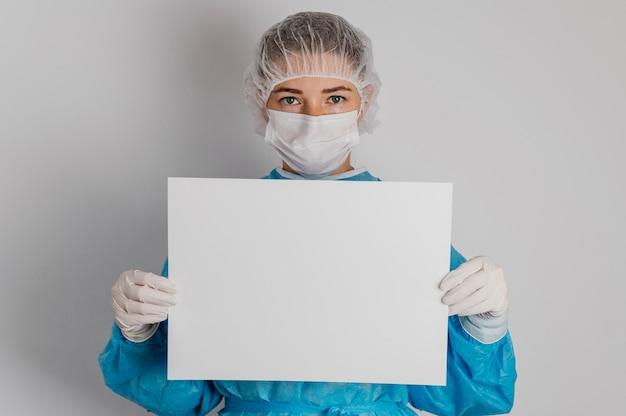 Médico segurando um cartaz em branco