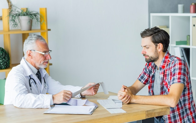 Médico sênior, falando, com, paciente