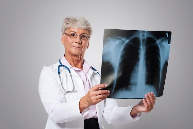 Médico sênior sério com teste médico