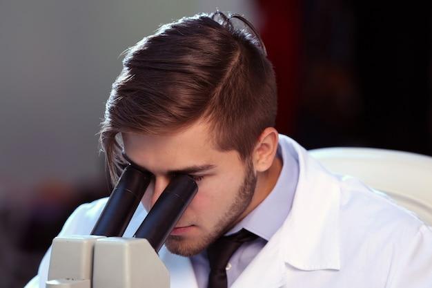 Médico sério estudando elemento químico em laboratório