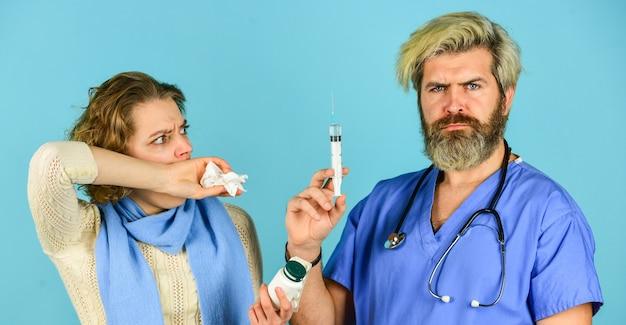 Médico sério. infecção epidêmica de gripe. para sua imunidade. saúde e pessoas. paciente e médico segurar comprimidos. mulher com corrimento nasal na consulta. médico usar seringa. coronavírus da china.