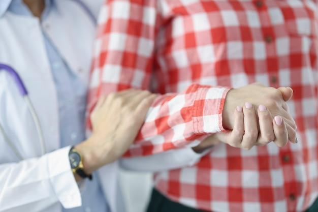 Médico simpaticamente segura o paciente doente com a mão, ajudando o conceito de pacientes terminais