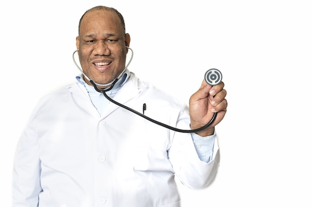 Médico sorridente contra uma superfície branca