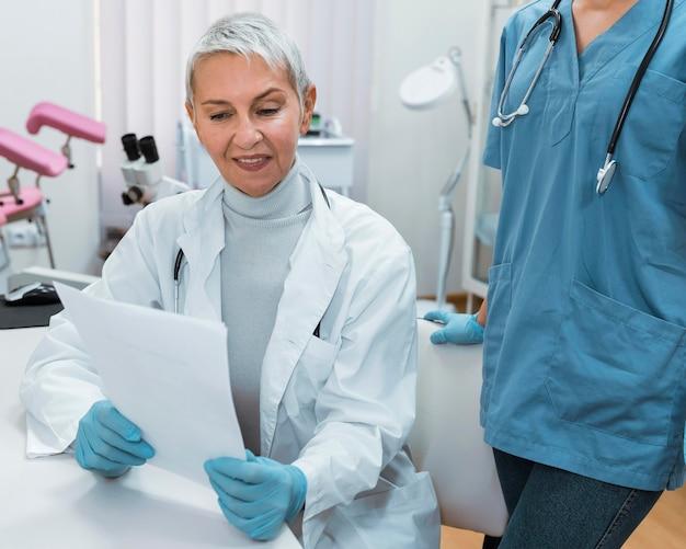 Médico sorridente conversando com uma enfermeira