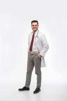 Médico sorridente de jaleco branco e gravata