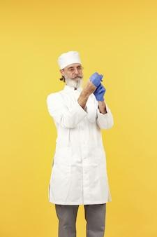 Médico sorridente em copos. isolado. homem com luvas azuis.
