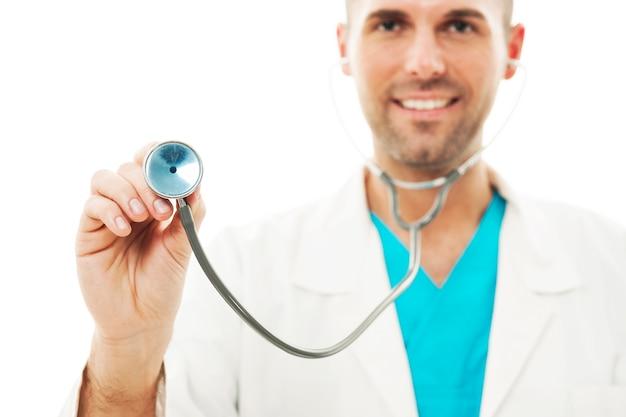 Médico sorridente ouvindo batimentos cardíacos