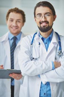 Médico sorrindo com seu companheiro de equipe