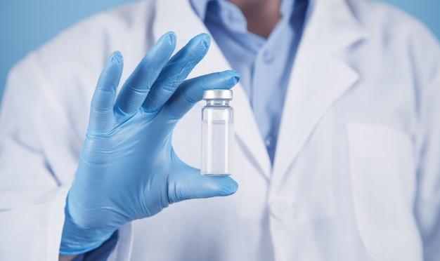 Médico tem vacina para um paciente. conceito médico