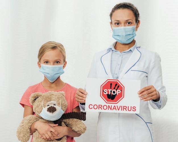 Médico tiro médio e criança durante a pandemia