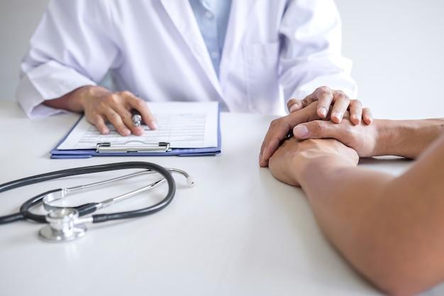 Médico, tocando a mão do paciente para encorajamento e empatia no hospital, torcendo e apoio