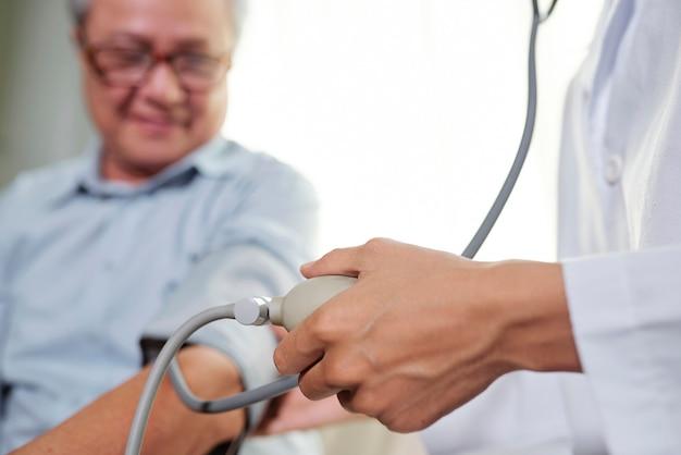 Médico tomando pulso do paciente