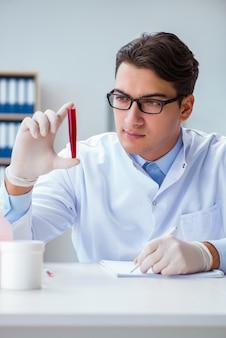 Médico trabalhando com amostras de sangue